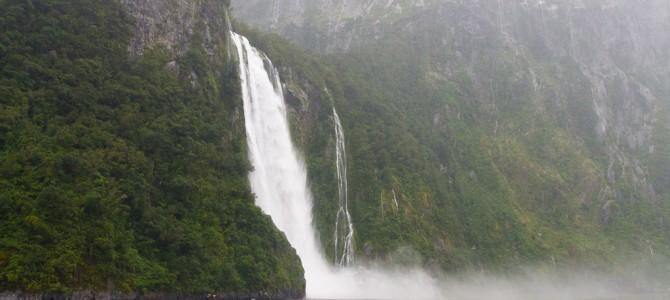 Milford Sound – Auch bei Regen bringt Jucy Lucy die Touristen sicher durch den Fjord